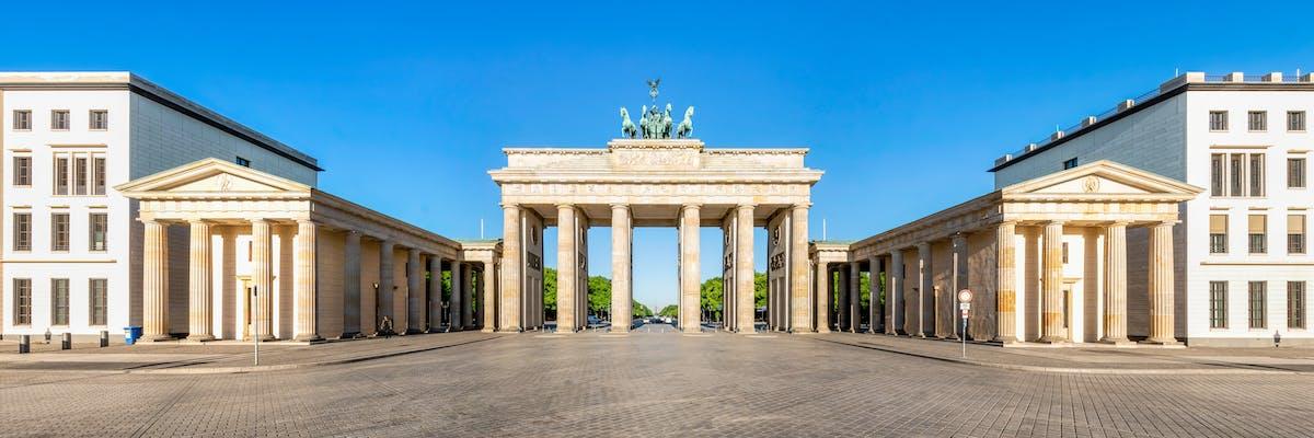 Das Brandenburger Tor vor einem blauen Himmel.