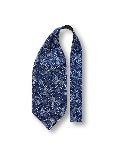 Blaue Krawatte mit weißem Blumenmuster.
