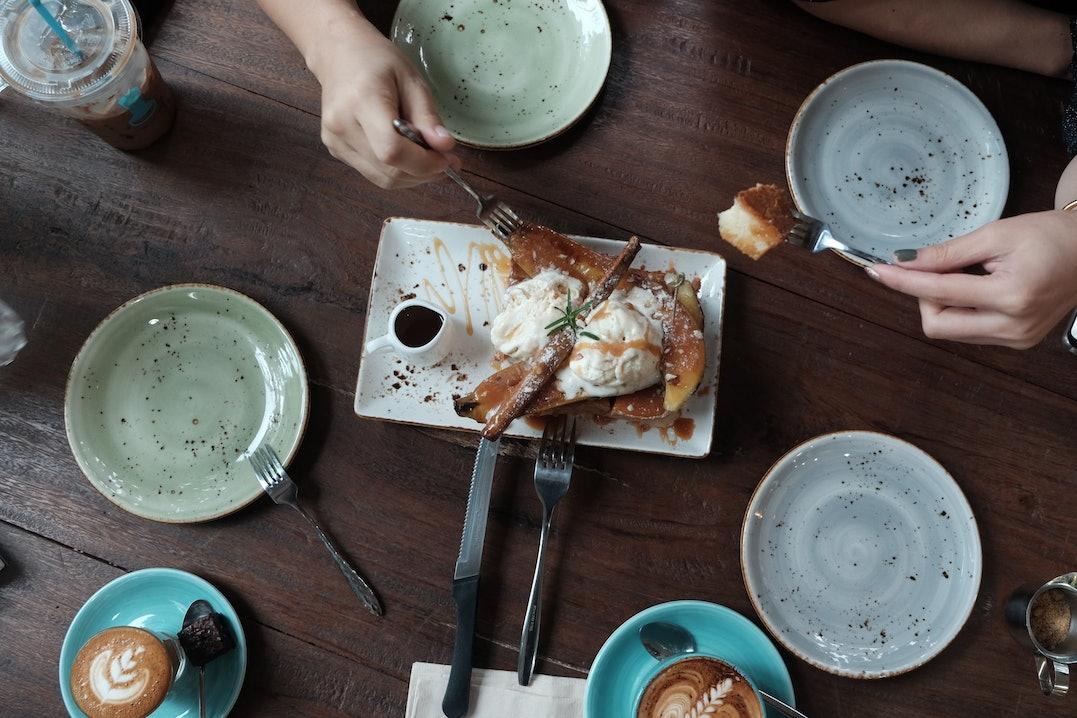 Aufsicht auf einen schön gedeckten Tisch mit rustikaler Keramik
