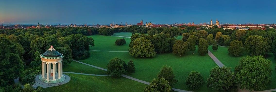 Der englische Garten in München ist ein beliebtes Ausflugsziel mit Hund
