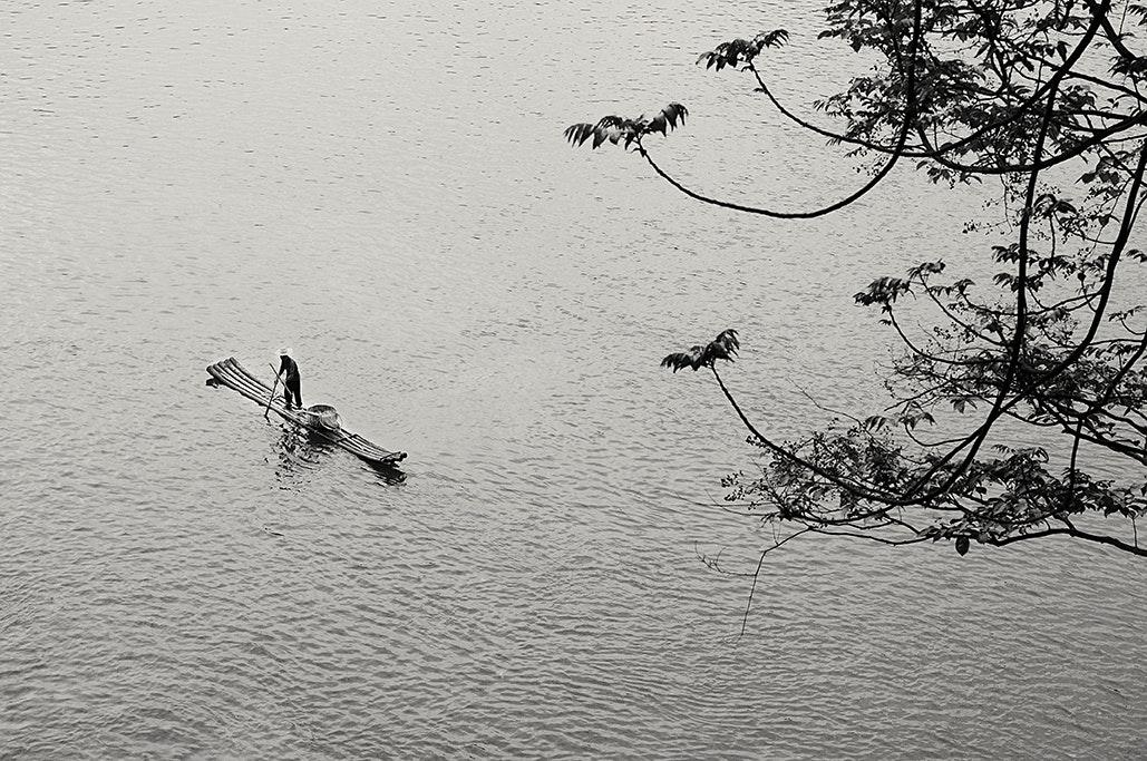 Kleines Floss auf großem Wasser