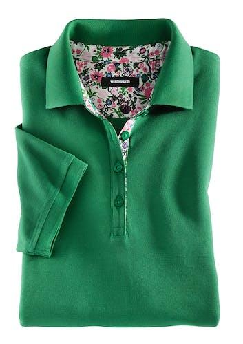 Grünes Polo mit tropischem Blumenmuster im Innenkragen und an der Knopfleiste.