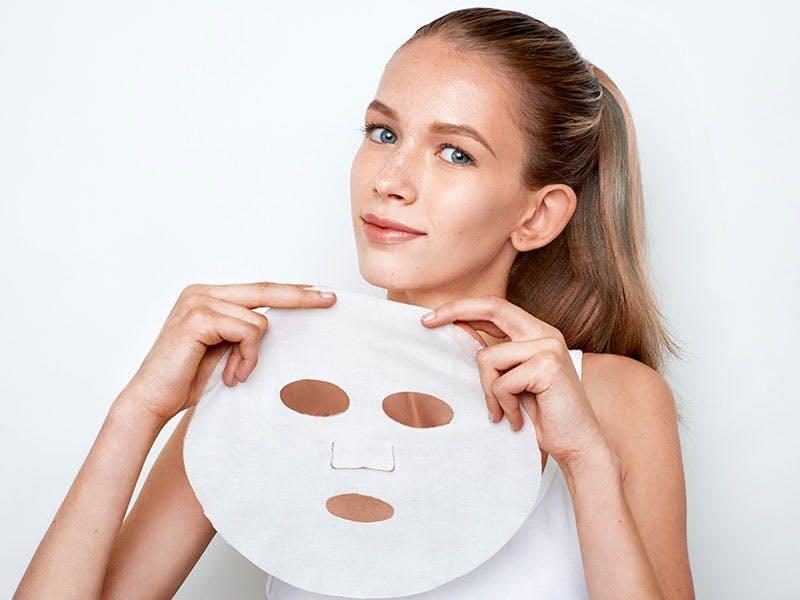 Die Tuchmasken von UniTouch schiegen sich wie eine zweite Haut ans Gesicht.