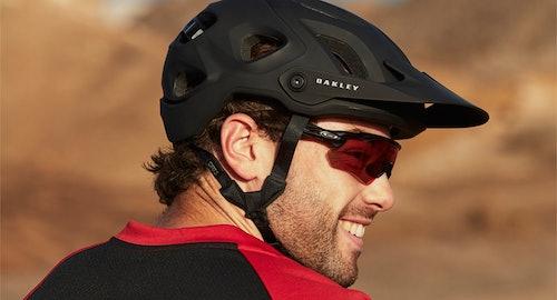 Oakley Sonnenbrillen und Helme