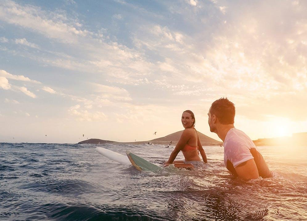 Surfer Pärchen im Meer