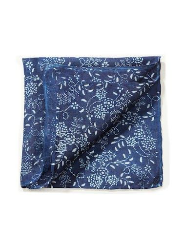 Blaues Tuch mit Blumenranken in Weiß.