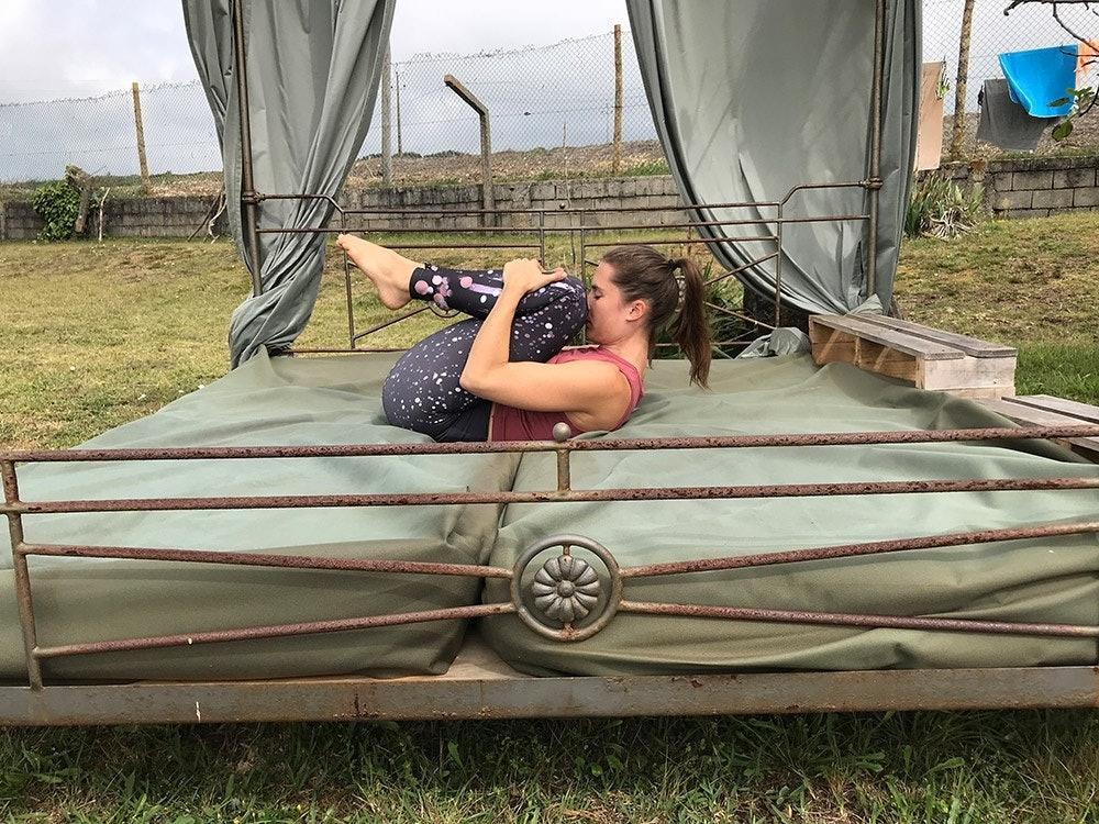 Yoga Übung Knie zur Brust