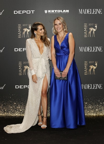 "Laura ""Miss BAMBI"" im MADELEINE Kleid mit ihrer Patin Grace Capristo. Credits: Franziska Krug for Getty Images"