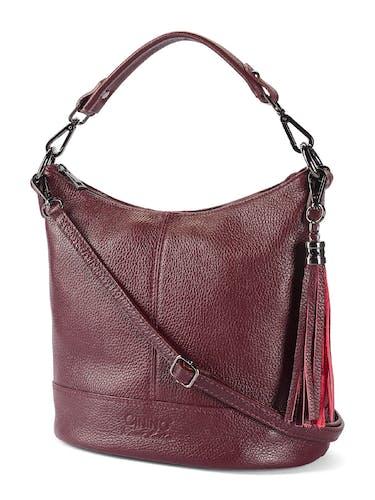 Rotbraune Tasche mit Umhängeriemen und kurzem Riemen.