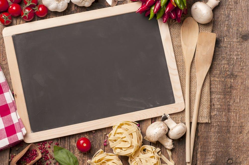 Schoolborden zijn zeer functioneel in de keuken. U kunt ze op verschillende manieren gebruiken, zoals b.v. om het menu, de agenda, telefoonnummers en vele andere zaken op te schrijven. Het is ideaal om zoiets in de keuken te hebben om u elke dag aan diverse dingen te helpen te herinneren.