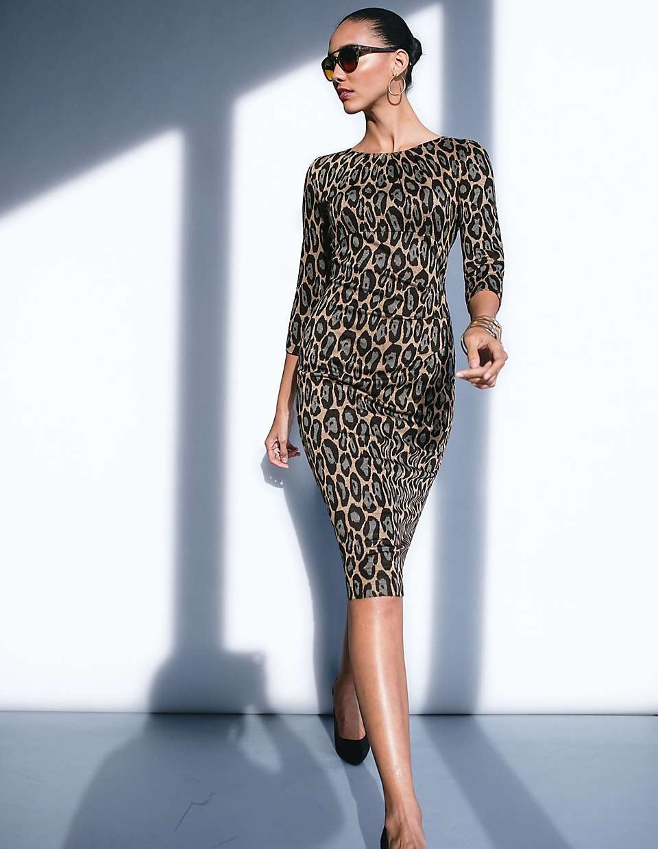 Model im Leoprint-Kleid