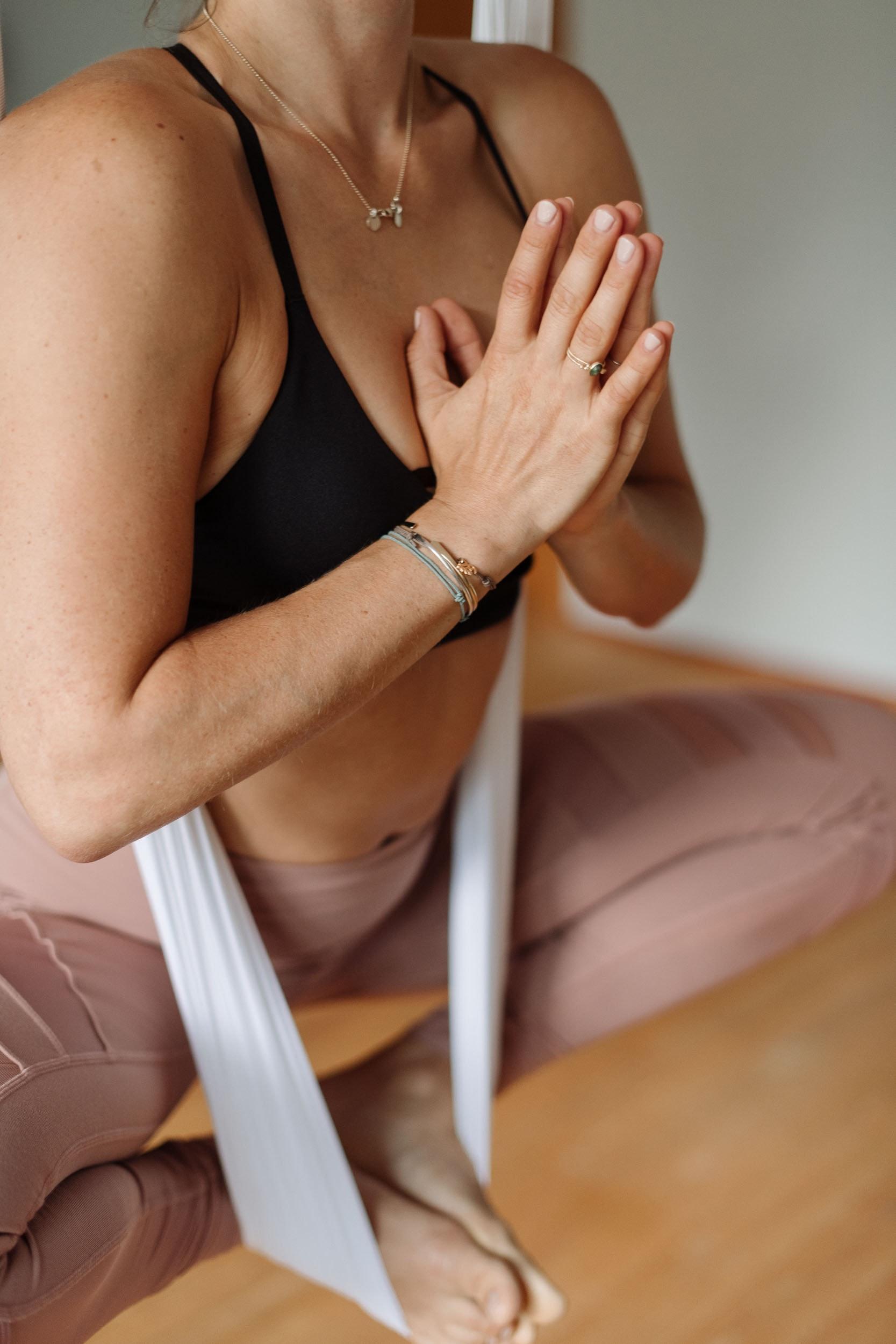 Aerial Yoga mit akrobatischen Asanas