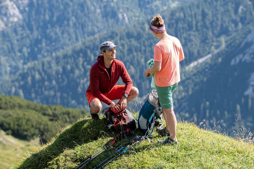 Un ragazzo e una ragazza indossano abbihliamento e attrezzatura Kaikkialla