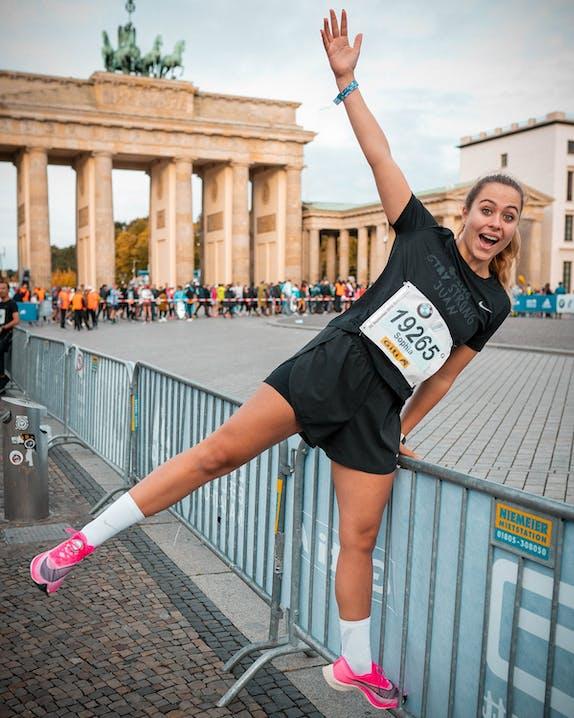 Sophia Flörsch beim Berlin Marathon vorm Brandenburger Tor