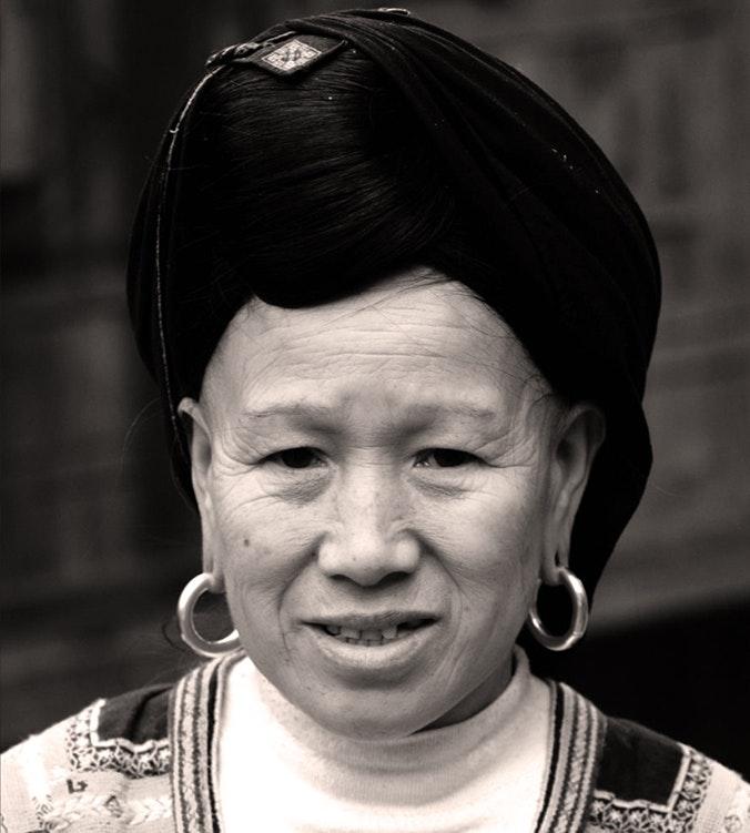 Seine Frau trägt den typischen Haarknoten der Yao. Offen sind die Haare ca. 1,5 Meter lang.