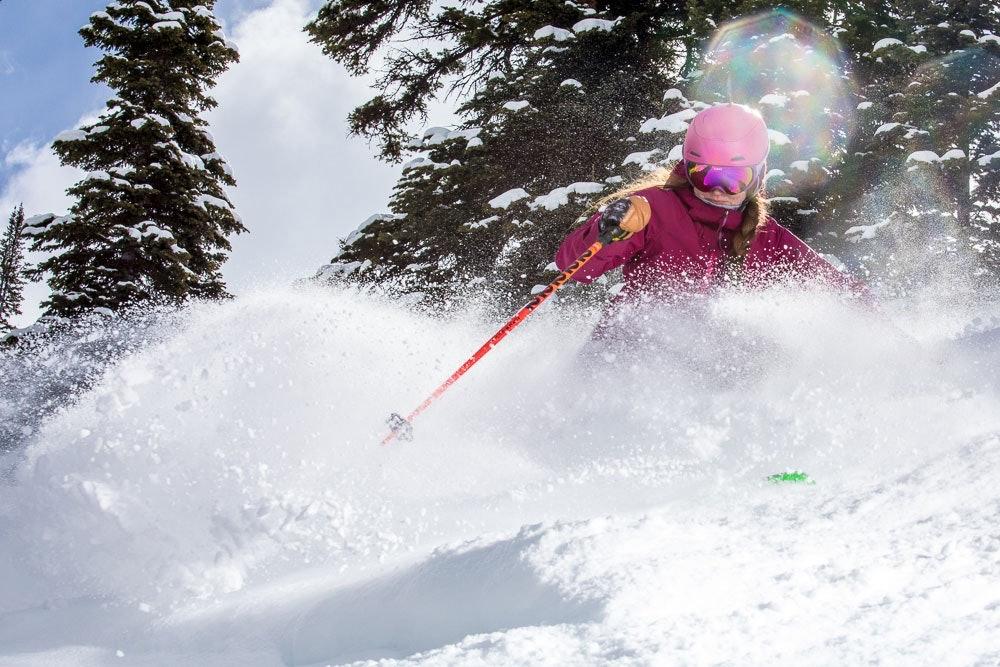 K2 Alliance Member Kristen Kochevar beim Skifahren