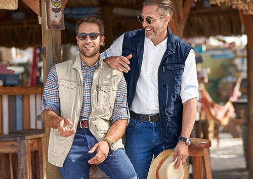 zwei männer an strandbar_hemd und weste