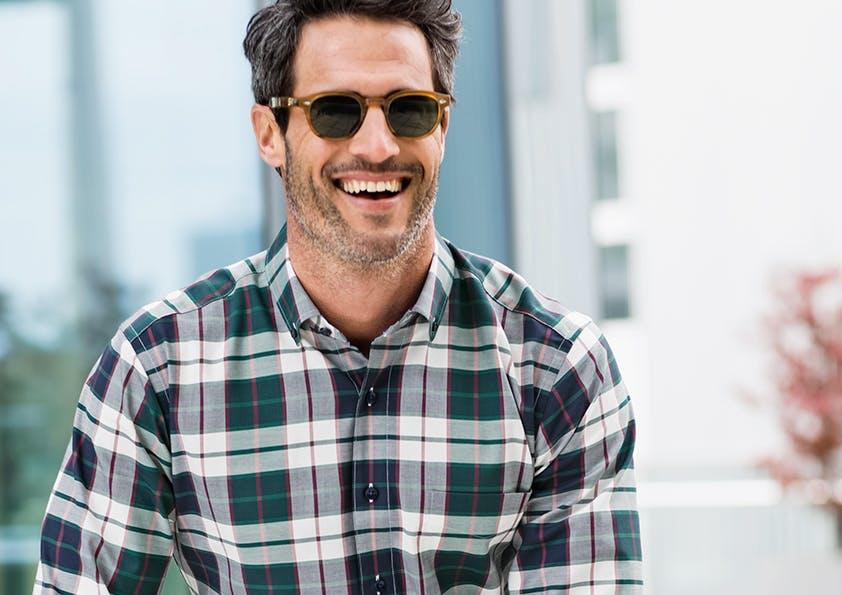 Mann mit Sonnenbrille in Karo-Hemd