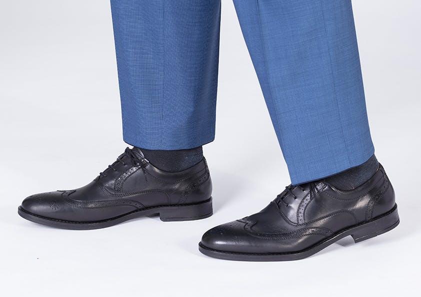 Mann im Anzug – Hosenbeine zu kurz