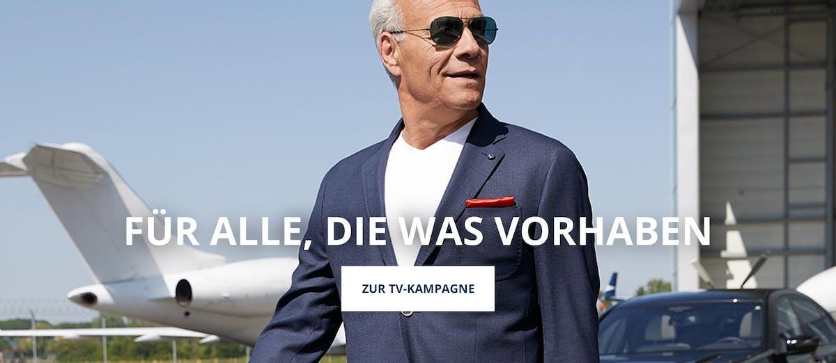 Klaus J. Behrendt vor Flugzeug