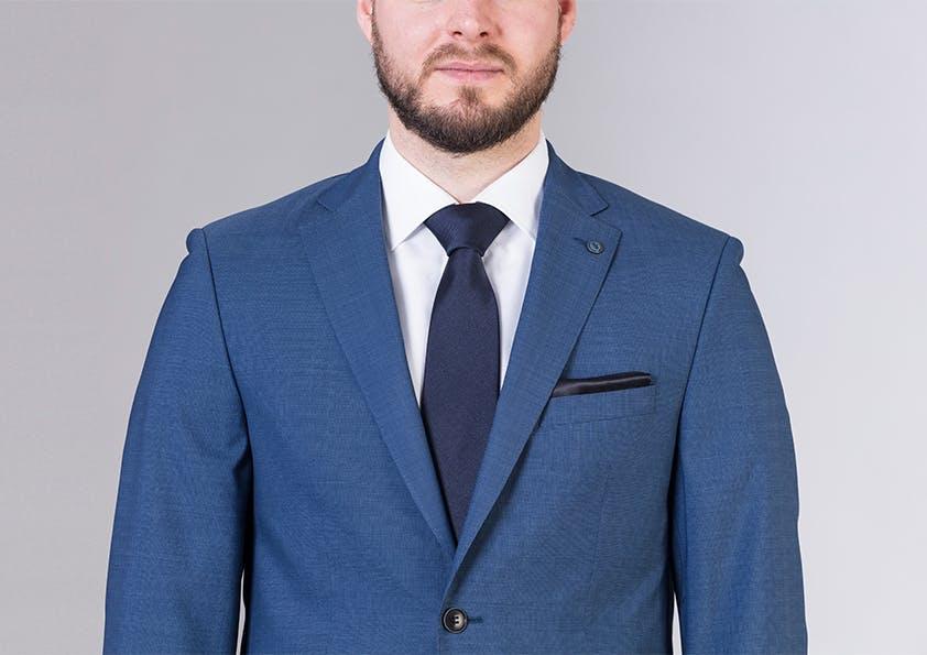 Mann im Anzug – Schulter zu klein