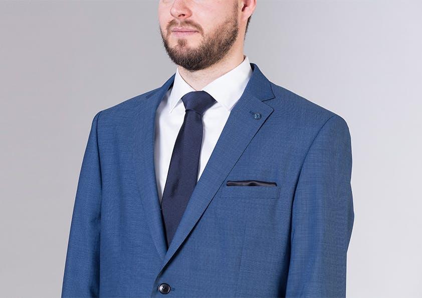 Mann im Anzug – Brustpartie zu groß