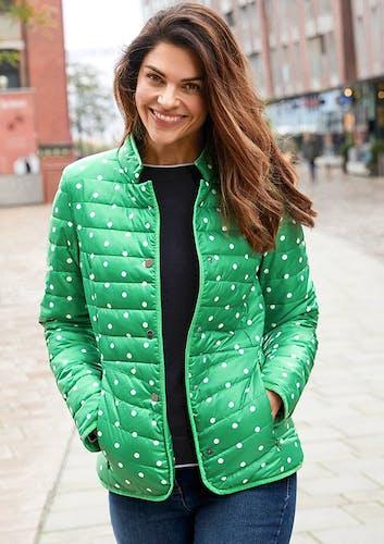 Frau in Stadt_Grüne Jacke mit weißen Punkten
