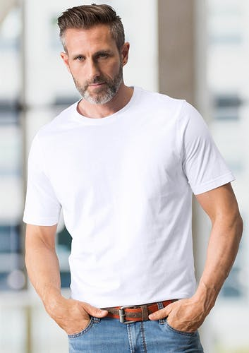 Mann trägt weißes T-Shirt und Jeans