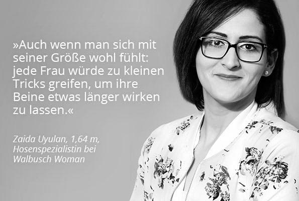 Schwarz.-weiß Bild einer Frau mit Brille und weißer Schrift auf grauem Untergrund.