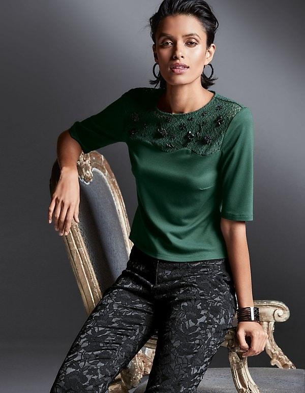 Jersey-Shirt mit Spitze und Zierperlen