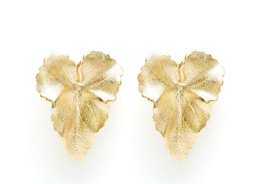 Boucles d'oreilles LOUISE dorées à l'or fin, réalisée à la main par la créatrice.Longueur : 5,6cmConseil : Pour conserver et préserver la valeur des matériaux, éviter le contact avec l'eau ou le parfum.Matière principale : Laiton