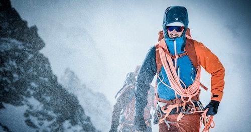 Uomo che cammina in mezzo alla neve
