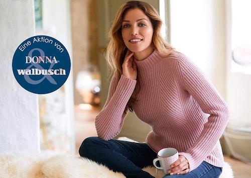 Frau mit braunen Haaren trägt Cashmino-Pullover.