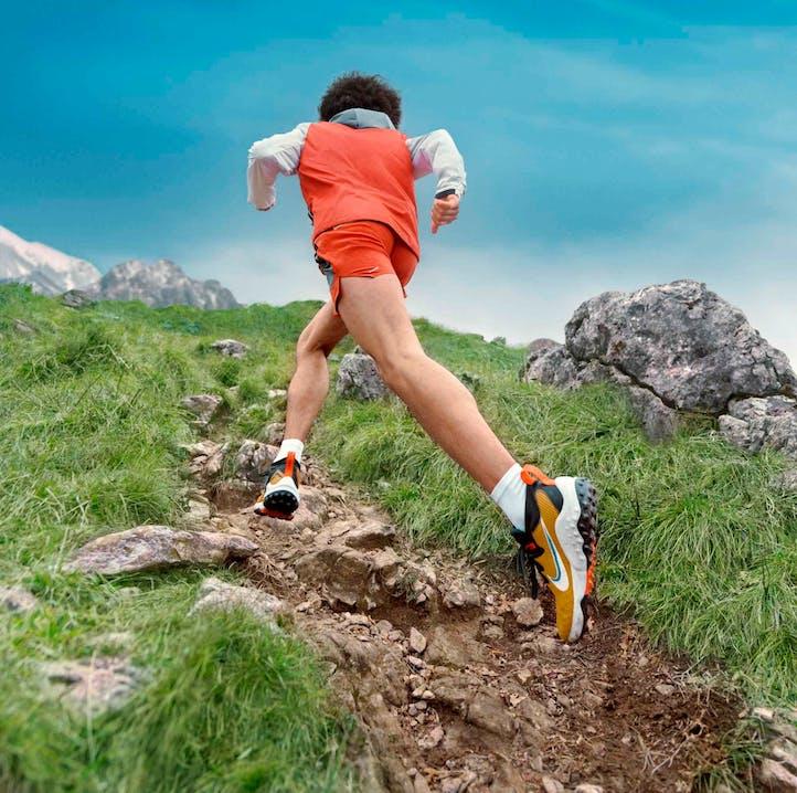 Mann trägt Nike Trail Wildhorse 7 und läuft