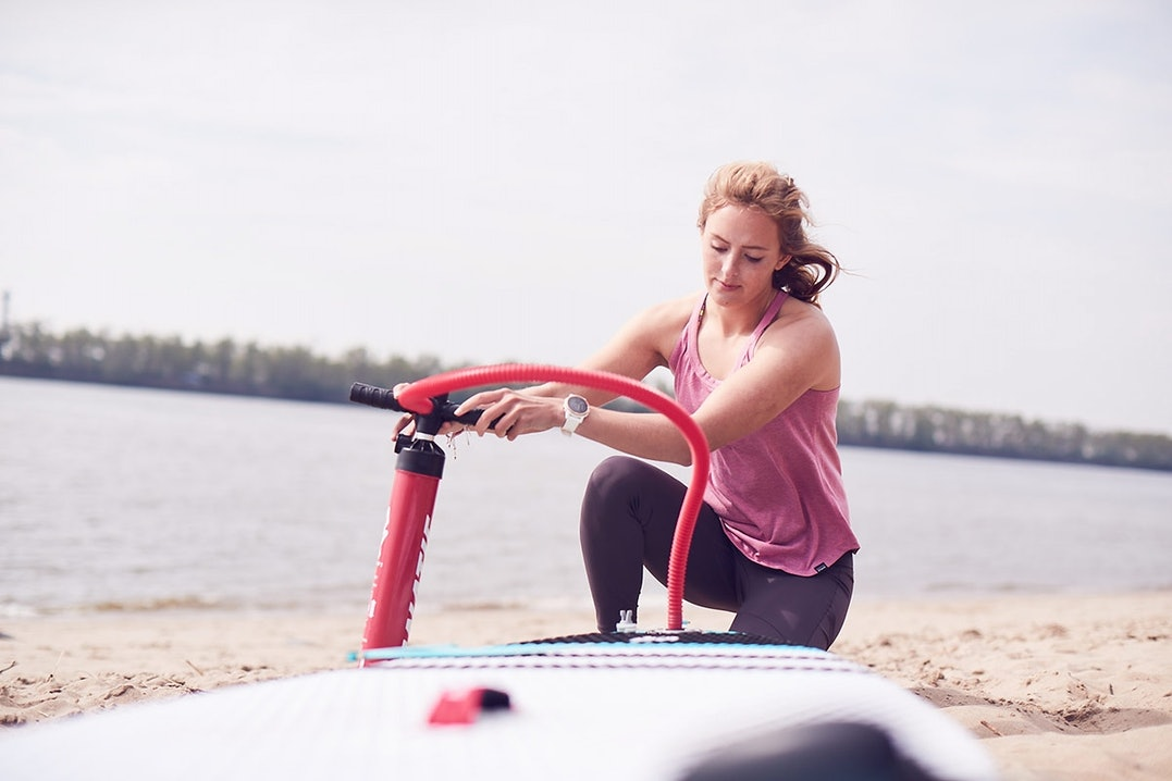 Paulina Herpel mit inflatable SUP
