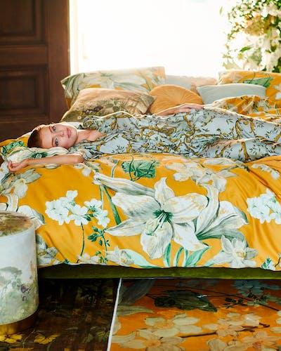 ESSENZA RosESSENZA Dekbedovertrekset Rosalee Mosterdgeelalee Bettwäsche in Senfgelb mit großen weißen Blumen