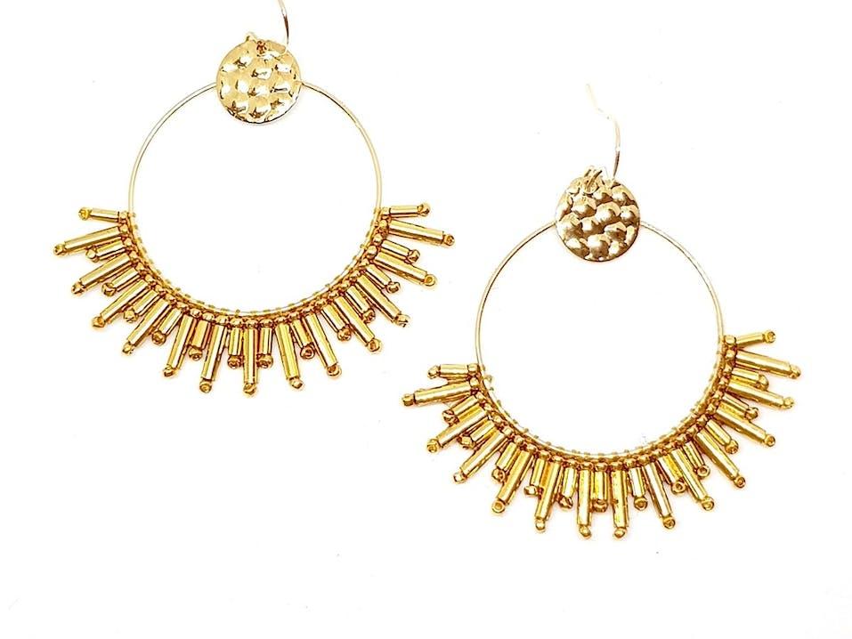 Boucles d'oreilles créoles en Plaqué Or Gold filled 14 carats ornées d'un tissage de perles de verre Miyuki dorées à l'Or fin 24 carats.Longueur: 5.5cmMatière principale : Or
