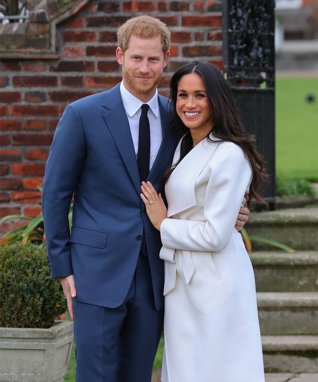 Das royale Brautpaar Arm in Arm