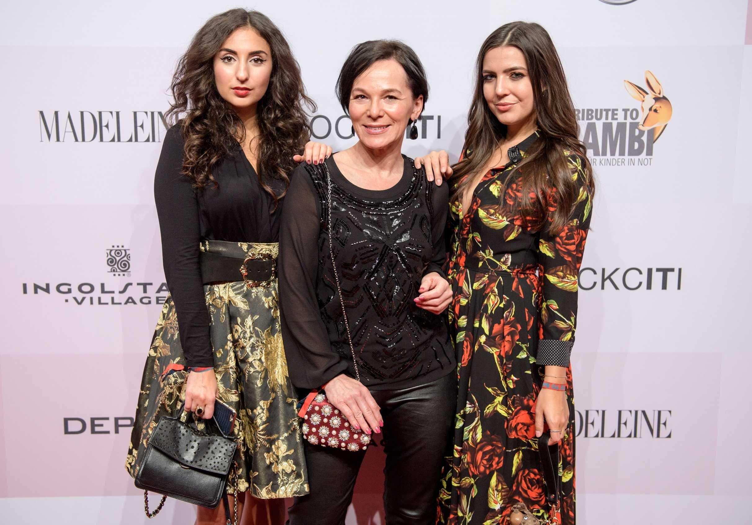 Die Bloggerinnen Samira Akili, Annette Höldrich und Ruth Garthe auf dem Roten Teppich.