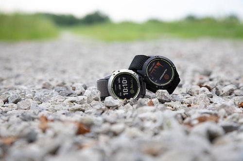 Garmin Enduro GPS-Multisportuhr auf Steinen