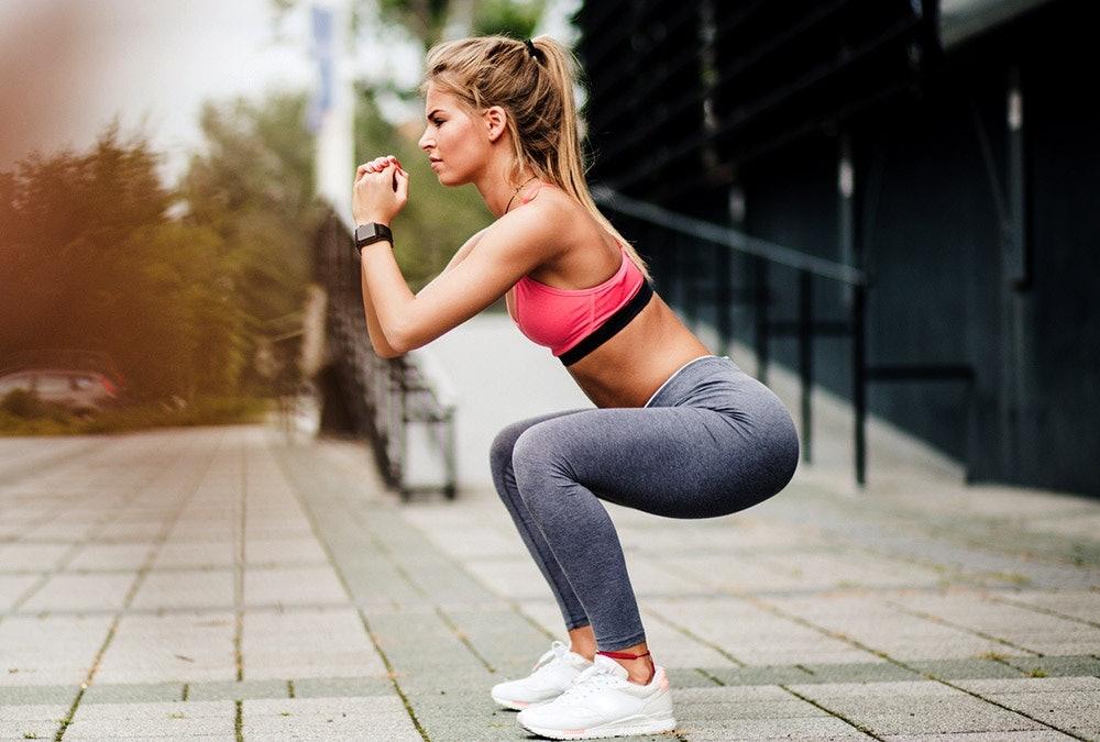 Junge Frau macht Squats