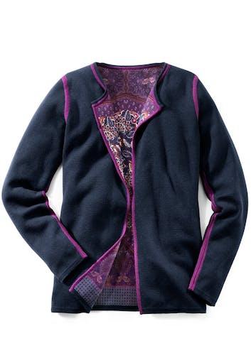 Dunkelblaue Strickjacke mit lila Details und lila Paisley-Muster innen.