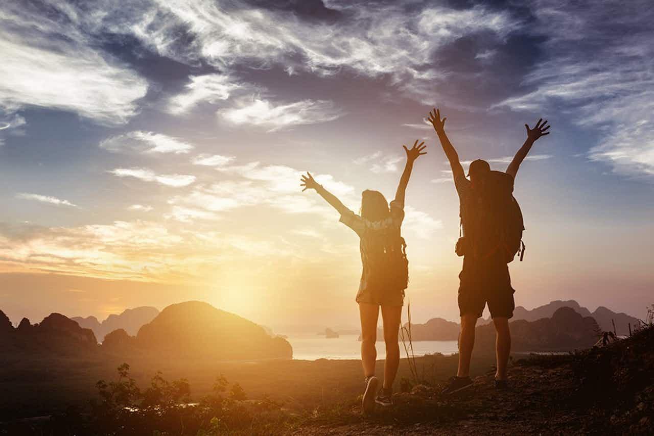 Paar wandert im Sonnenuntergang