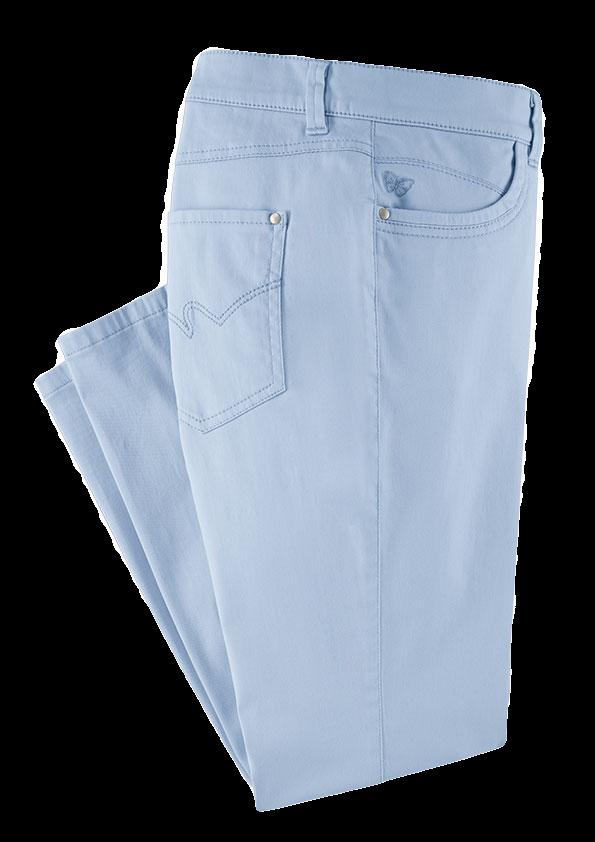 Hellblaue Hose mit kleiner Schmetterlings-Stickerei an der Vordertasche.