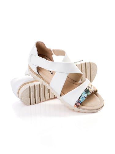 Sandalen mit weißen Riemen und buntem Muster am vorderen Riemen.