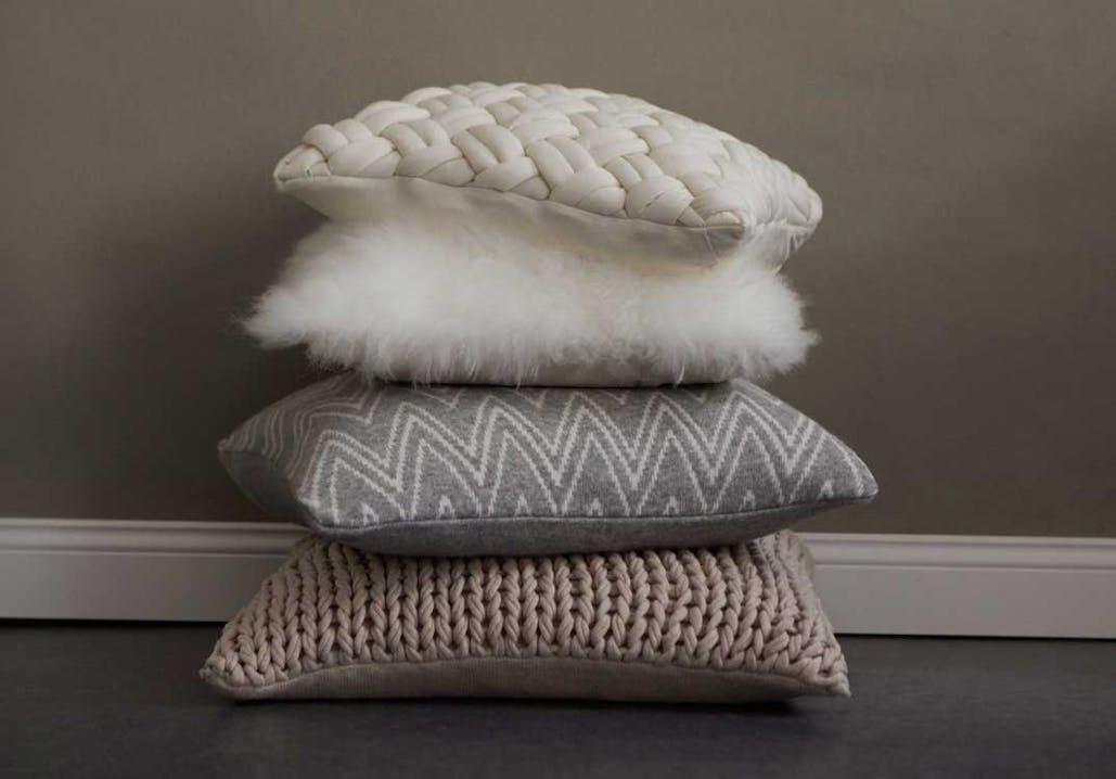Strick-Accessoires, Webfelle und warme Decken sorgen für gemütliche Stimmung.