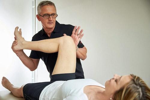 Detlef Krajak während einer Behandlung: Neben der Physiotherapie gewinnen Osteopathie und osteopathische Behandlungsmethoden zunehmend an medizinisch-therapeutischen Stellenwert.