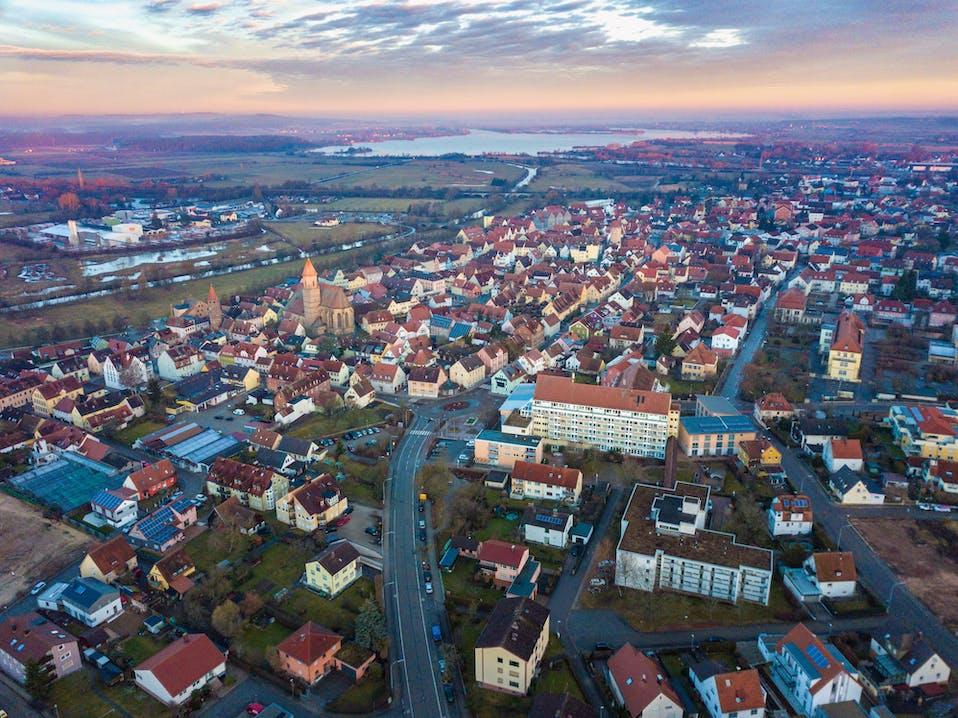 Idyllisch gelegen inmitten des fränkischen Seenlandes: Die Stadt Gunzenhausen ist ein Tourismusmagnet. Auch der Einzelhandel floriert. Foto: Thomas Geiger.