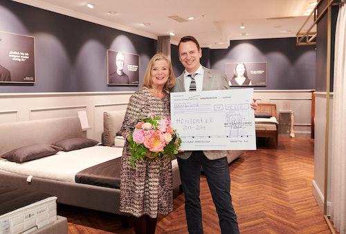 Wir freuen uns darüber, an die HORIZONT-Stiftung einen Scheck über 10.000 Euro überreichen zu können. Jutta Speidel und Robert Waloßek (Geschäftsführer BETTENRID GmbH).