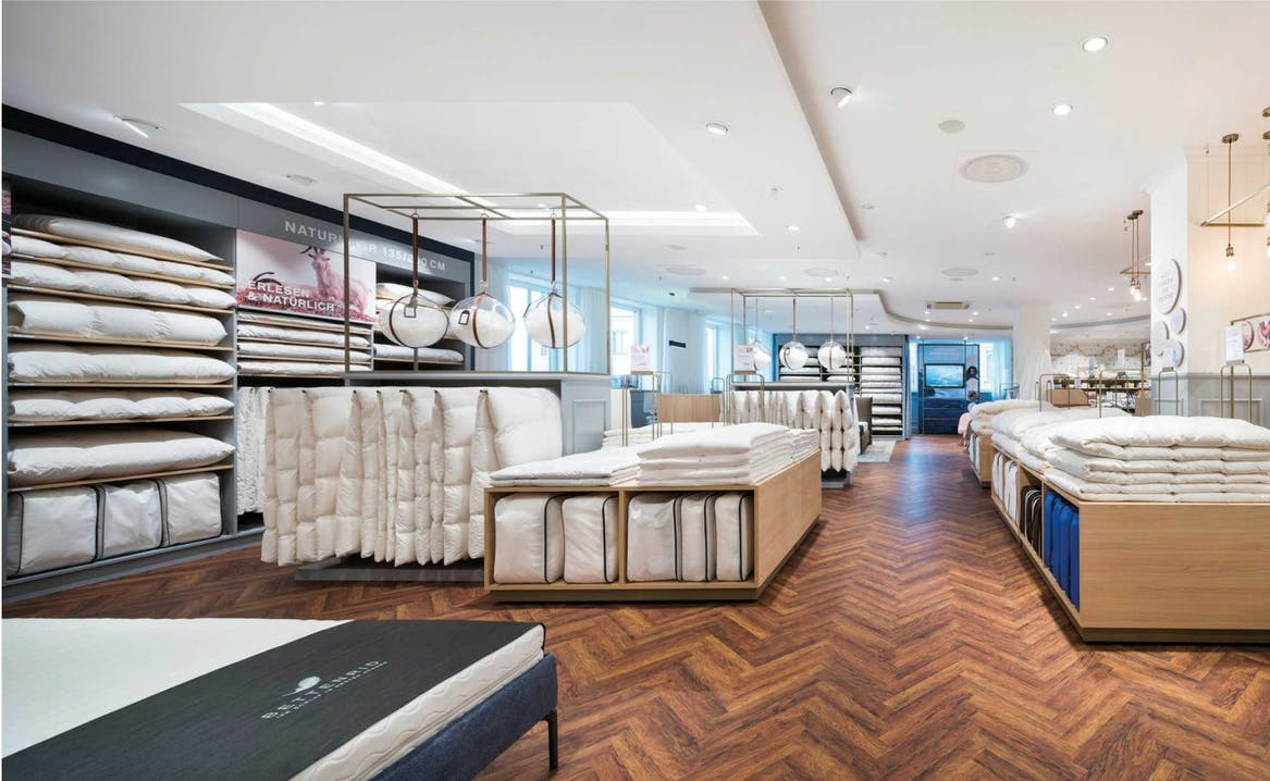 Die neu gestaltete Bettdecken- und Kopfkissen-Abteilung im 2. Stock der Theatinerstraße.